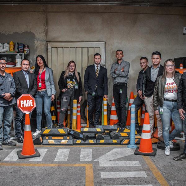 Personal-Neoland-empresa-seguridad-senalizacion-vial-productos-compromiso-ambiental-viales-topellantas-hitos-bogota-colombia-fabrica-industrial