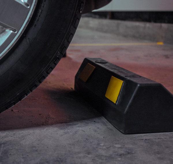 neoland-tope-topellanta-topellantas-caucho-llanta-cinta-reflectiva-caucho-reciclado-llanta-portafolio-producto-parqueadero-vial-empresa-bogota-colombia-foto-carro