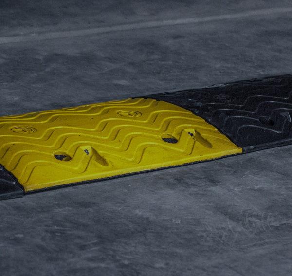 neoland-via-resaltos-viales-caucho-reciclado-llanta-portafolio-esquineros-parqueadero-vial-empresa-bogota-colombia-foto